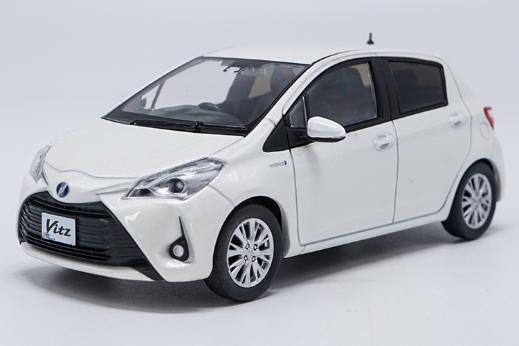 1:30 Diecast Model for Toyota Vitz White (Without Color Box) Minicar Alloy Toy Car Miniature Collection Gifts Yaris echo цена