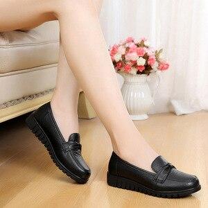 Image 2 - DONGNANFENG kadınlar eski anne kadın ayakkabısı Flats loaferlar inek hakiki deri kayma siyah yuvarlak ayak PU rahat düz 35 41 HD 802