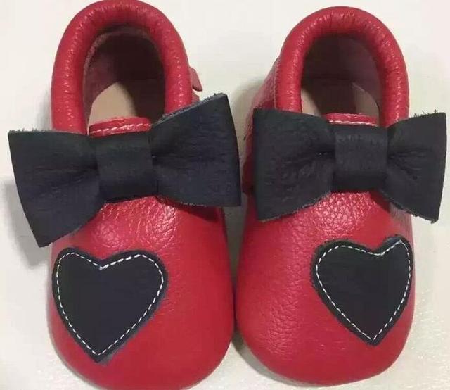 Высокое Качество Натуральной Кожи Детские Мокасины Обувь сердца лук дизайн одежды Новорожденных девочек платье с жесткой подошвой Новорожденный впервые уокер