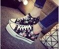 Primavera/verão Mais Novo Da Forma Das Mulheres Cunhas Sapatas de lona Esporte Respirável Lace-Up sapatos estampas florais das mulheres Estudantes sapatos casuais