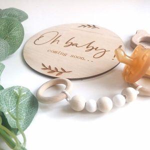 Image 2 - 2pcs 오 아기 오는 임신 발표 나무 원형 플라크 임신 마일스톤 카드 선물