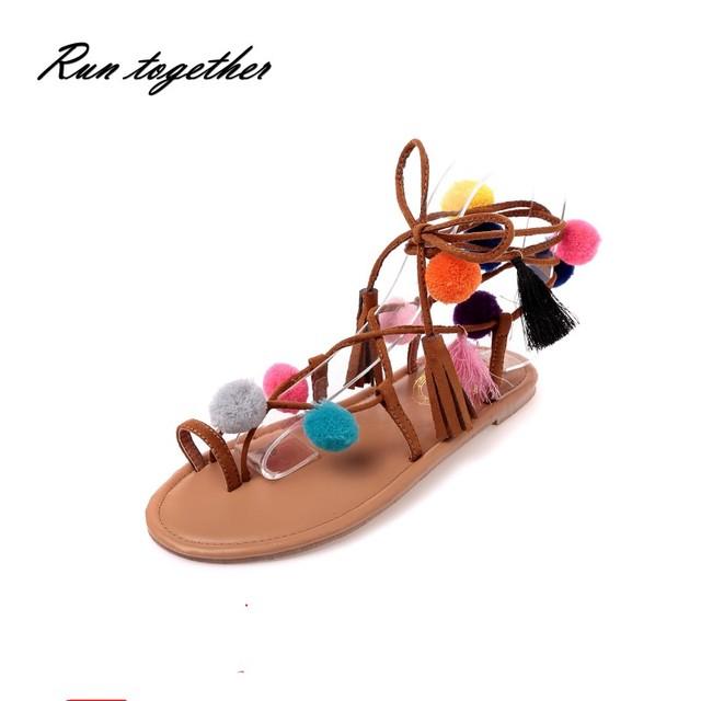 Novas mulheres de verão Boho Bohemian Gladiador Romano sandálias sapatos mulher ocasional Pompom com tira no tornozelo cruz Étnica Sandálias flip flop plana