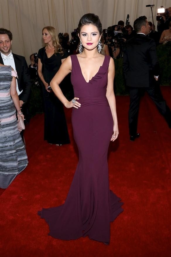 Selena-Gomez-Red-Carpet-Celebrity-Dresses-2015-Mermaid-Prom-Dress-V-Neck-Burgundy-Chiffon-Backless-Court (3)