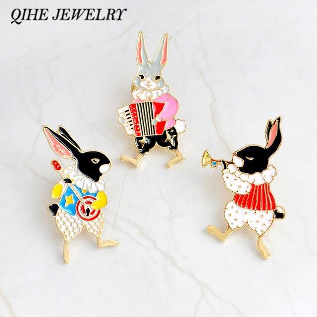 QIHE QH-DEI MONILI Pins e spille Musicista banjo/fisarmonica/tromba pin coniglio Bunny pins monili Coniglio Carino regali kawaii