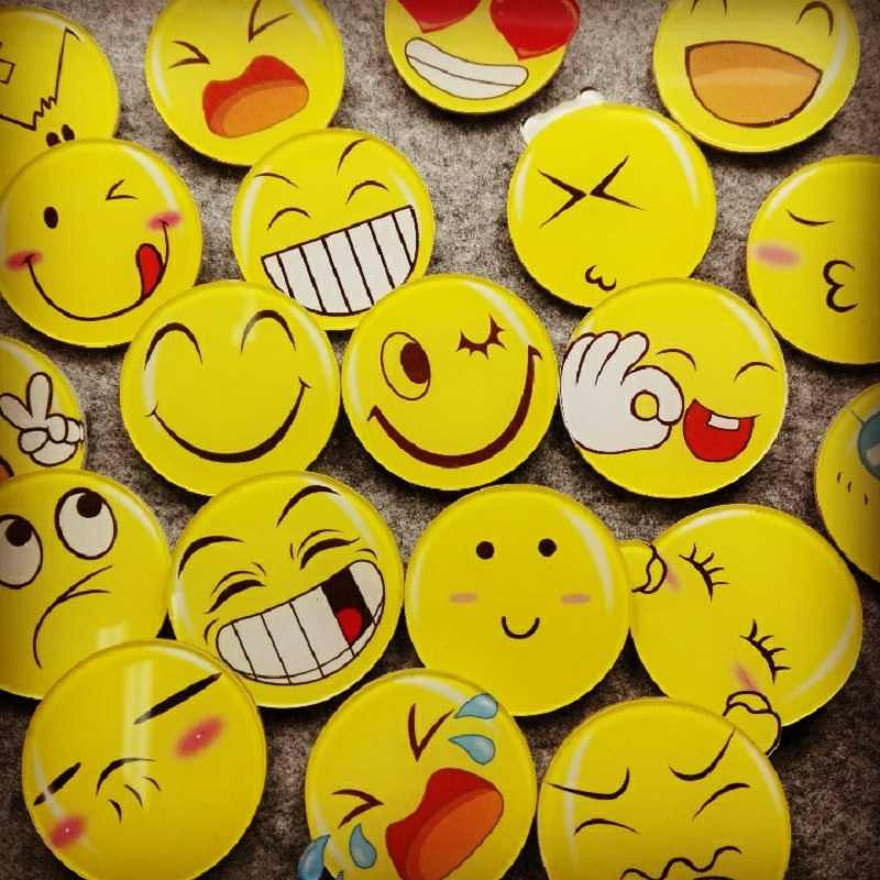 Harajuku Low Price Smiley face Cheap Fashion Broochs Lovely Wild Cartoon Acrylic Brooch for Jewelry Accessories Women Girl Gift