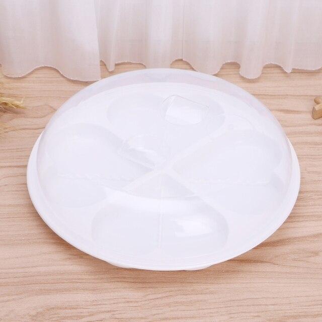 Photo du cuiseur oeuf au micro onde avec le couvercle transparent fermé sur un plan de travail de cuisine.