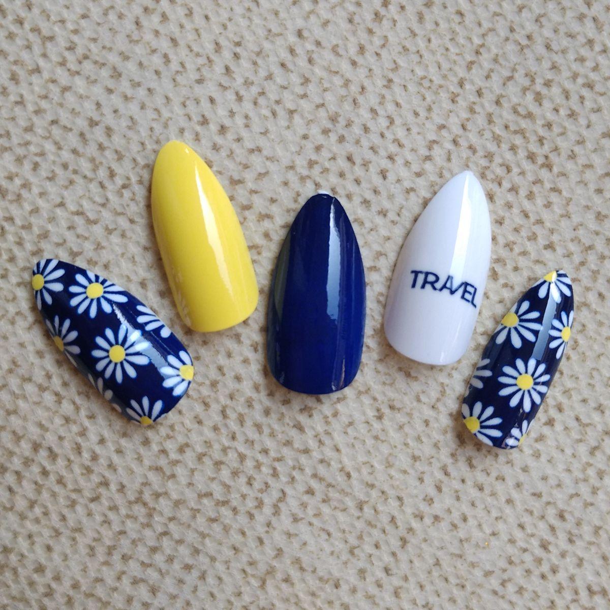 Navy Blau Weiß Gefälschte Nagel Gelbe Kurze Stiletto Nails Daisy ...
