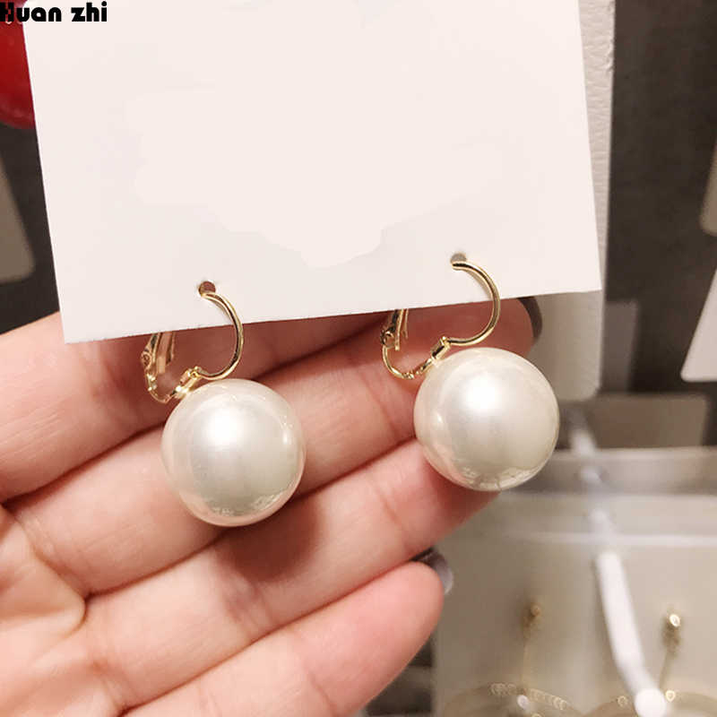 HUANZHI 2019 New Korean Gold Metal Buckle Small Pearl Red Round Ball Stud Earrings for Women Girl Wedding Party Jewelry Gift