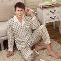 2015 Homens Bege Amarelo Xadrez Pijamas De Seda Impresso Vestuário de Moda Longas Mangas Turn-down Colarinho de Cetim Pijamas Para A Primavera outono