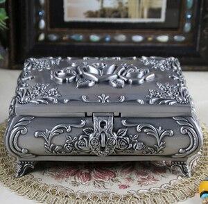 Image 3 - Boyut L Vintage Mücevher Kutusu moda takı Kutusu Çinko alaşımlı Metal biblo kutusu Oyma Çiçek Gül Kare Şekilli
