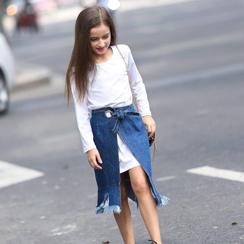 Девушка 14 лет в короткой юбке