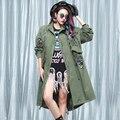 2016 Nova queda Mulheres Letras impressas emblema afixada pano rebite Solto Trench Coat Feminino Longa Seção Blusão Vestido Outerwear