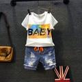 2016 vestuário novo garoto meninos verão roupas de bebê meninas letra dos desenhos animados t-shirt impresso rasgado furo curtas jeans crianças fantasias
