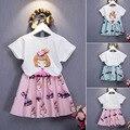 Conjuntos de Roupas meninas Novo Estilo de Moda Verão Dos Desenhos Animados Dolls Impresso T-Shirt + tutu Saia 2 Pcs conjuntos de roupas bebê Se Adapte Às Meninas