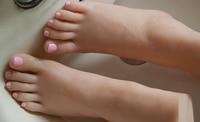 Новый маленький размер молодых девушек ноги отбеливания кожи стопы ног молодых девушек модель