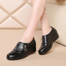 2016 autumn new middle-aged women leather fashion shoes casual comfort shoes mom slope with soft-soled black work shoes