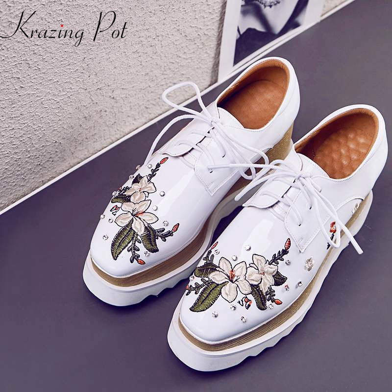 Ayakk.'ten Kadın Topuksuz Ayakkabı'de Krazing pot 2019 yuvarlak ayak hakiki deri lace up nakış çiçekler düz platform oryantal moda streetwear oxford ayakkabı L23'da  Grup 1