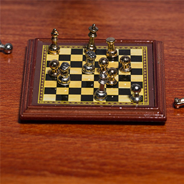 1:12 échelle maison de poupée Miniature en métal jeu d'échecs conseil jouets jeux d'échecs maison chambre maison de poupée ensemble de jouets jeux de Table pour enfants enfants 5