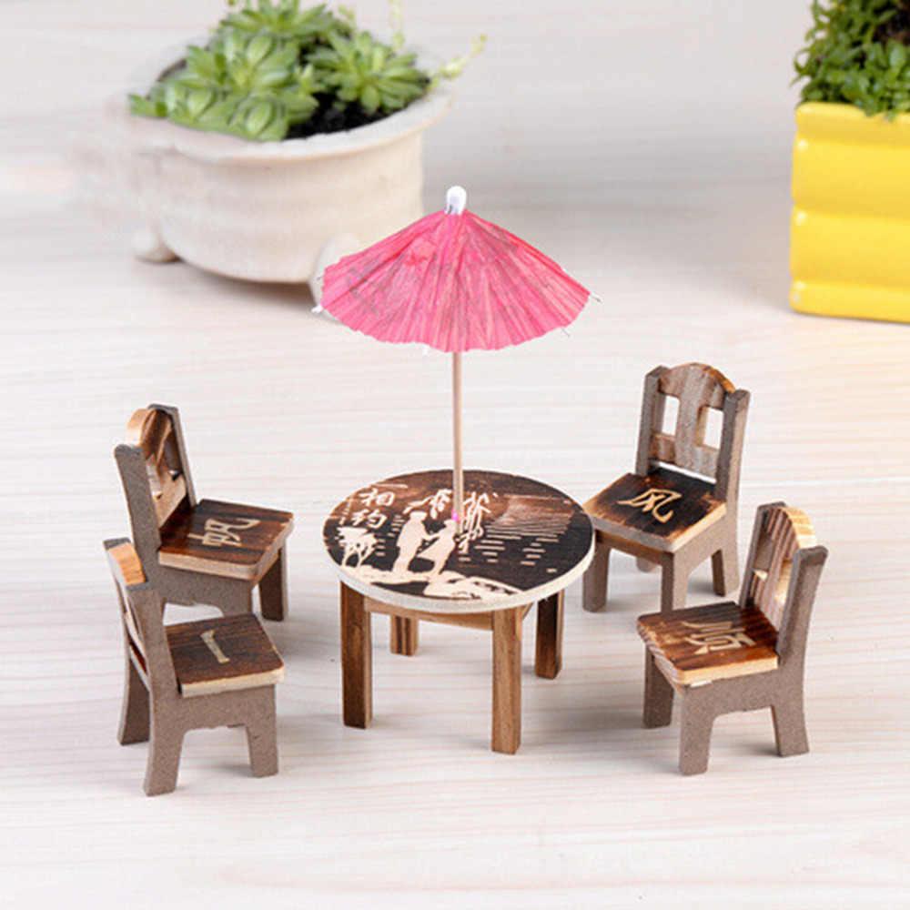 1 セット木製工芸品パターンランダムミニチュア家具人形の装飾品木製ミニダイニングルームのテーブル椅子傘セットのおもちゃ