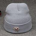 Chapéu feito malha Fêmea Arco Strass Vermelho Marca de Alta Qualidade Mulheres Casuais Malha Hot Sale Vogue Chapéu Morno do Inverno Skullies Gorro