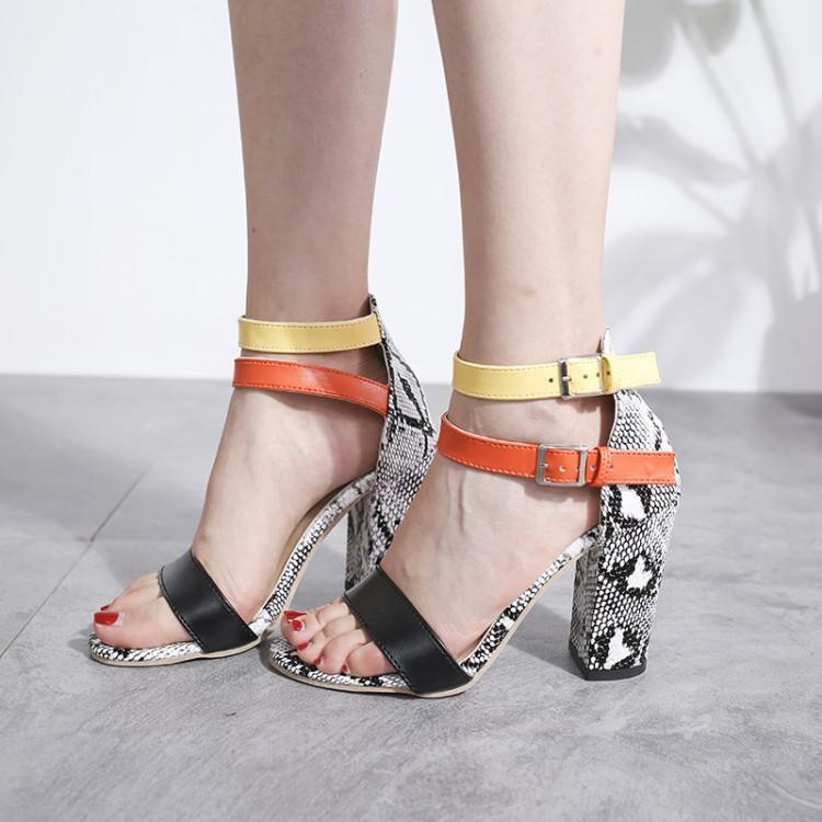 De Couleur Mixte de luxe Serpent En Cuir Femmes Sandales Une Boucle Peep Toe Couverture Talons Femmes Chaussures Hauts Talons Carrés Sandalias Mujer