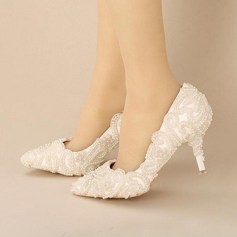 2018 г.; великолепные белые туфли с острым носком на каблуках для невесты; обувь для выпускного вечера с жемчужинами и бусинами; Свадебная обувь для вечеринки