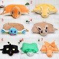 10 unids 40*33 cm Dragonite Pikachu Charmander Squirtle Snorlax felpa Eevee Umbreon Peluches peluche Almohada Cojín Regalo de los cabritos