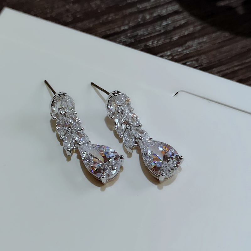 Женские серьги гвоздики из серебра 925 пробы с фианитами