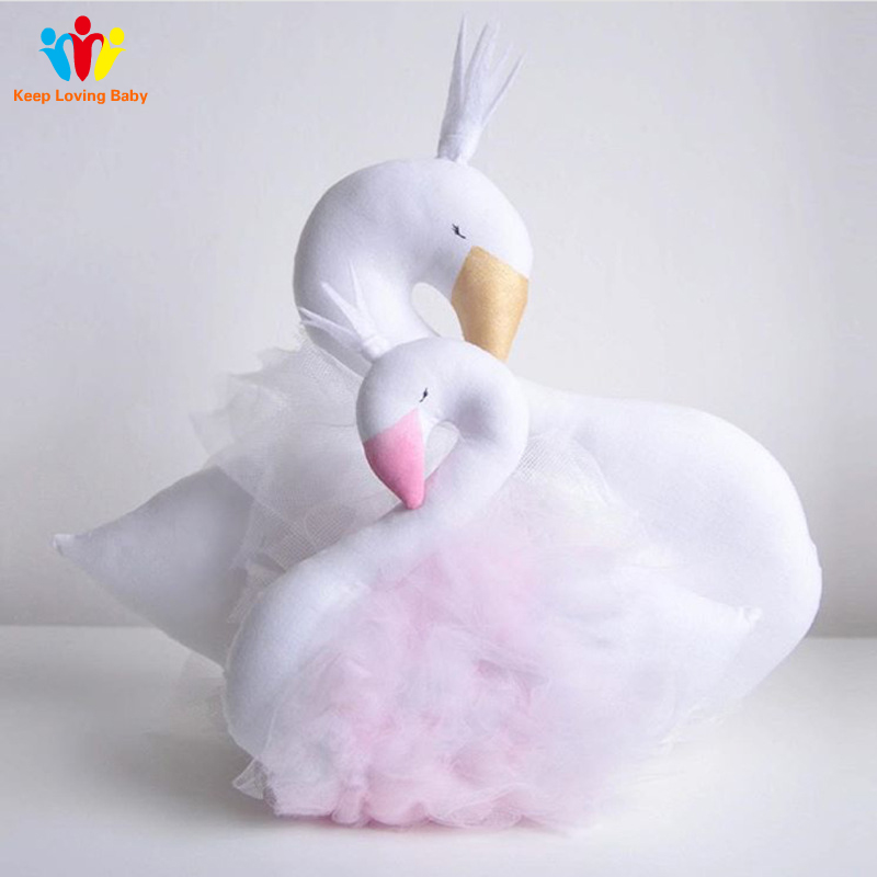 quarto com cama de bebe dormindo travesseiro coroa cisne gaze almofada travesseiro bebe acompanhar boneca dormir