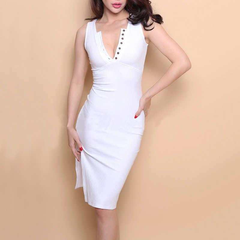 Женское облегающее платье в рубчик с разрезом по бокам и пуговицами