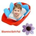 Florescendo Banho do bebê Mat Pia Chuveiro Banheira Dobrável Ajuda Forro Macio Para Bebês Infantil Padrão de Flor Tapete de Banho Almofada de Lótus