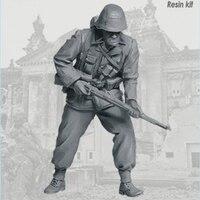 1/35 resin figure soldier model World War II soldier GK white model hand held scene combination 127