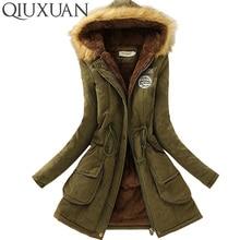 Krásný dámský teplý kabát s kožešinou na kapuci