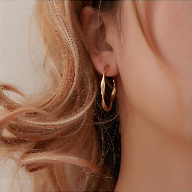 8078a08fc282 Simple color oro aro pendiente para las mujeres, declaración de joyería de  moda accesorios de gran círculo anillo redondo anillo pendientes para ...
