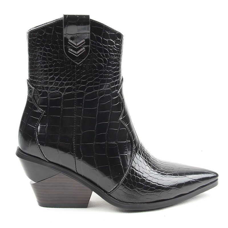 Marka Moda Kabartmalı Mikrofiber Deri kadın yarım çizmeler Sivri Burun Batı Kovboy Çizmeleri Kadın Takozlar Sürme Pist Çizmeler