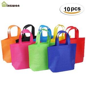 Image 1 - 10PC wielofunkcyjny prezent duże torba z rączkami dzieci Birthday Party favor włókniny torby na prezent 7 jednolity kolor z uchwytem torba na zakupy DIY prezent torba