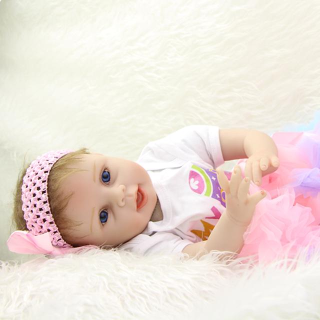 Lifelike 22 Polegada Realista Bonecas Recém-nascidos Bebês Reborn Silicone Macio Menina Com Vestido Bonito Crianças de Aniversário Presente de Natal