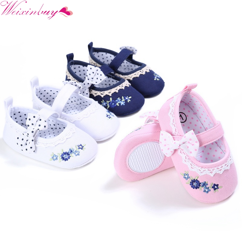 2017 m. Naujagimio naujagimio vaikiška lovelė batai lankai siuvinėjimas princesė kūdikių minkšta vienintelė nuo slydimo prewalker kūdikių mergaitėms