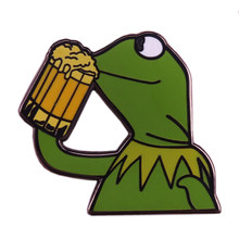 Kermit di birra da bere smalto pin Meme rana spilla nessuno dei miei affari divertente distintivo regalo creativo della cultura pop accessorio(China)