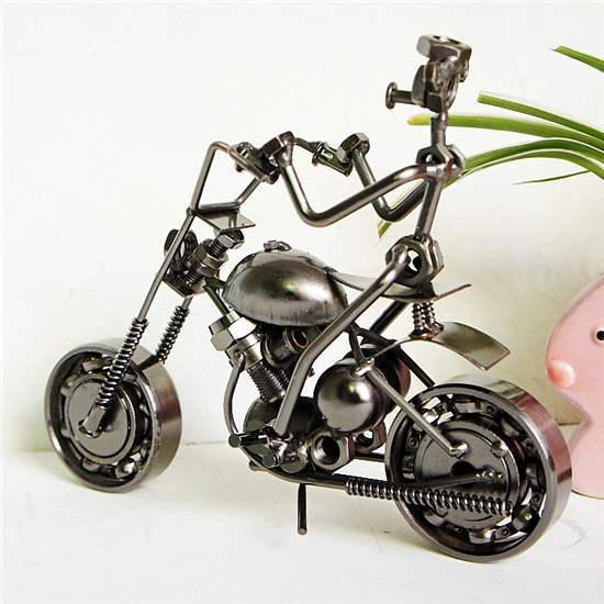 Anneau métallique fait à la main   Processus de décoration en fer, magnifique arc avec moto, statue danneau en métal, place