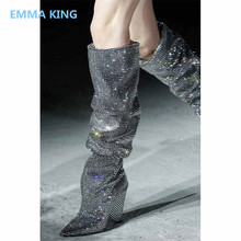 Женская Роскошная обувь для подиума с украшением в виде кристаллов; длинный шип; Сапоги на каблуке; обувь для вечеринок с острым носком; женские зимние сапоги до колена на высоком каблуке без застежки