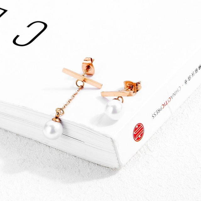 Фото женские серьги гвоздики под розовое золото с искусственным жемчугом