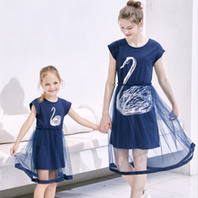 лучшая цена Family Matching Outfits Summer Mother Daughter Dresses Printed Swan Dress Mom And Daughter Holiday Dress Family Matching Clothes