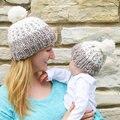 1 пара Зима Семьи Матч Мать Дочь Сын Baby Boy Девушка Младенческой дети Вязать Шляпу женщин skullies лыж Шапочка Шапка Меховая Шапка 0-3 Y