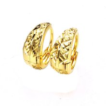 Женские серьги кольца в виде звезды с резной вставкой из желтого