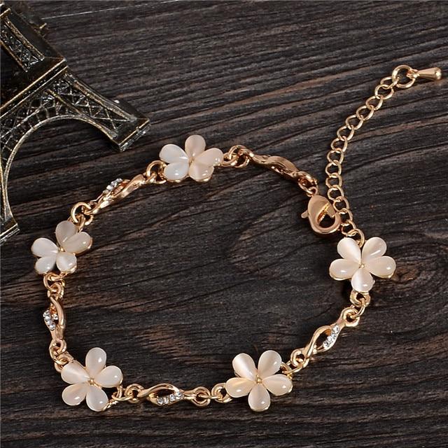 Женский браслет с цветами на цепочке