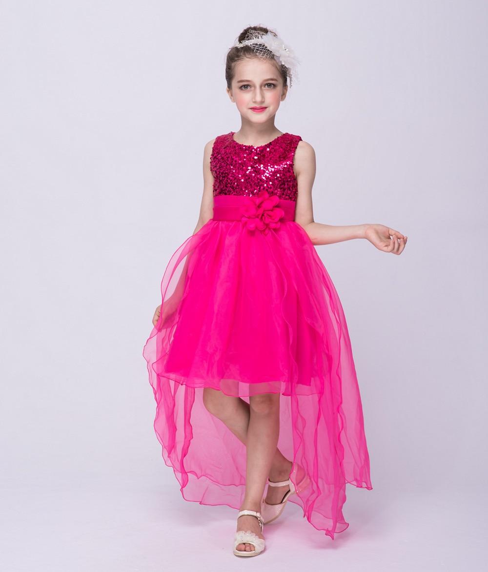 Rojo Brillante trailing vestido chica usar lentejuelas anillo de ...
