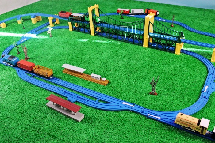 [Funny] 119pcs 4 locomotive 8 carriage Thomas Trains Educational Electronic Model Electric Rail Train car slot runway orbit toy