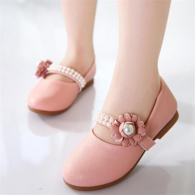 Ragazze principessa scarpe di cuoio 2018 primavera bella fiori di perle  sandali inferiori molli della ragazza 2530d1a5655