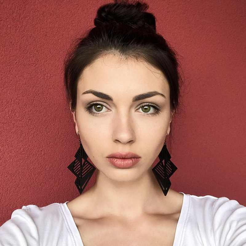 Femme nouvelle mode stéréoscopique géométrique Vintage boucles d'oreilles pour les femmes Hyperbole évider longue noir acrylique boucle d'oreille E18188